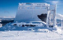 Siktstorn på den Velka Raca kullen i Kysucke Beskydy berg på slovakian - polermedel gränsar under vinter Arkivbild