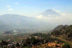 Sikunir小山惊人和全景,日惹,有蓝天、云彩和山的印度尼西亚 免版税库存图片