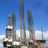 Sila upp riggen för olje- borrande i skeppsvarven Royaltyfria Foton