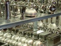 Silber auf Regalen stockbild