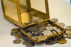 Silber- und Goldfarbe von malaysischen Münzen stockfotografie