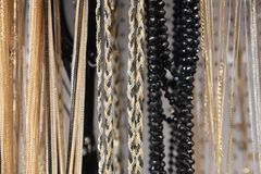 Silber- und Goldketten der unterschiedlichen Stärke Stockfotografie