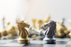 Silber- und Goldpferdeschach Stockfotografie