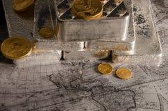 Silberbarren mit Gold Eagle Coins Stockbilder