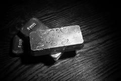 Silberbarren, Weiß und Schwarzes Stockfotos