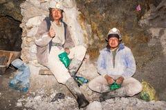 Silberergmänner, die in Potosi, Bolivien sich entspannen stockbild