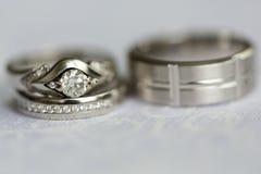 Silberhochzeitringe und Verlobungsring Lizenzfreie Stockfotos