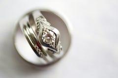 Silberhochzeitringe und Verlobungsring Stockfoto