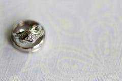 Silberhochzeitringe und Verlobungsring Stockfotografie