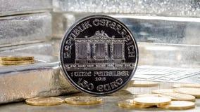 Silbermünze Österreichs mit Silberbarren u. Goldmünzen Stockbild