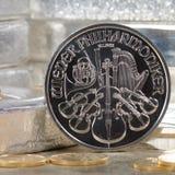 Silbermünze Österreichs mit Silberbarren u. Goldmünzen Lizenzfreies Stockbild
