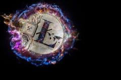 Silbermünze von Litecoin explodiert und fliegt in schwarzen Raum Lizenzfreie Stockfotos