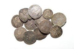 Silbermünzen der Weinlese mit Porträts auf einem weißen Hintergrund Stockfotos