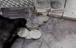 Silbermünzen und Silberbarren auf Karte Lizenzfreies Stockfoto
