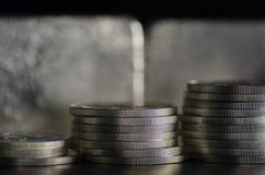 Silbermünzen vor Silberbarren Lizenzfreie Stockfotografie