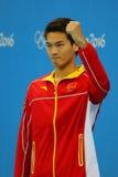 Silbermedaillengewinner Jiayu Xu von China während der Medaillenzeremonie nach Männer ` s 100m Rückenschwimmen des Rios 2016 Olym Stockbild