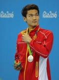Silbermedaillengewinner Jiayu Xu von China während der Medaillenzeremonie nach Männer ` s 100m Rückenschwimmen des Rios 2016 Olym Lizenzfreies Stockbild