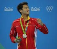Silbermedaillengewinner Jiayu Xu von China während der Medaillenzeremonie nach Männer ` s 100m Rückenschwimmen des Rios 2016 Olym Lizenzfreie Stockfotografie