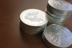 Silberne Adler-Münzen gestapelt Lizenzfreie Stockfotos