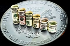 Silberne amerikanische Adlermünze mit den Dollar das Fallen bildend tritt Stockfotografie
