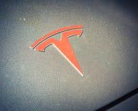 Silberne Autohaubenabdeckung mit Tesla-Logonahaufnahme lizenzfreie stockfotos