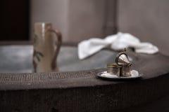 Silberne Behälter in der Kirche für Taufe auf Becken lizenzfreies stockbild