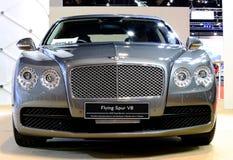 Silberne Bentley-Reihe, die V8-Luxusauto fliegt Lizenzfreie Stockfotos