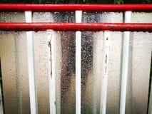 silberne Beschaffenheit der Regentropfen Stockfoto
