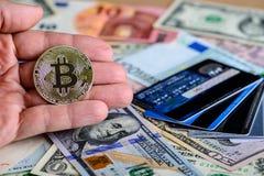 Silberne bitcoin Münze im hand- Symbol des Mannes der Schlüsselwährung betrüger stockfotos