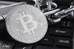 Silberne Bitcoin-Nahaufnahme Elektronische Zahlungen, blockchain Technologie Tastatur stapeln Stockbild
