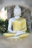 silberne Buddha-Statue mit goldener Robe im Garten Stockfotos