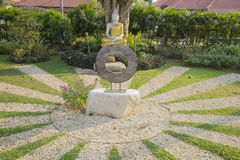 silberne Buddha-Statue mit goldener Robe im Garten Stockbild