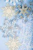 Silberne dekorative Schneeflocken auf einem blauen hölzernen Hintergrund christ Lizenzfreie Stockbilder
