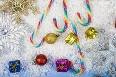 Silberne dekorative Schneeflocken auf einem blauen hölzernen Hintergrund christ Lizenzfreies Stockbild