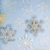 Silberne dekorative Schneeflocken auf einem blauen hölzernen Hintergrund christ Stockbild