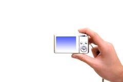Silberne digitale Fotokamera in der Hand Stockbilder