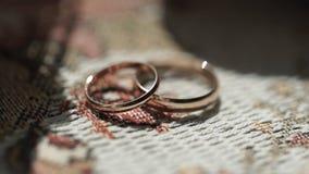 Silberne Eheringe Silberne oder Titanhochzeitsringe Heller weißer Hintergrund Stockfotos