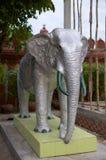 Silberne Elefantstatue in Wat Ounalom in Phnom Penh stockfoto