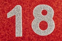 Silberne Farbe der Nr. achtzehn über einem roten Hintergrund jahrestag Stockbilder