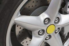 Silberne Felge mit Bremsscheibe Stockbild