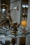 Silberne Fische auf einem Kristallbehälter in der kaiserlichen silbernen Sammlung beim Hofburg lizenzfreie stockbilder