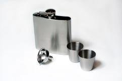 Silberne Flasche und Schuss-Gläser Stockbilder