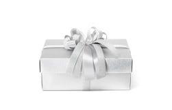 Silberne Geschenkbox der Feier lokalisiert auf weißem Hintergrund Stockfotografie