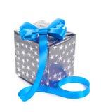 Silberne Geschenkbox mit einem blauen Bogen. Lizenzfreies Stockbild