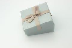 Silberne Geschenkbox mit einem Bogen Stockbild