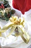 Silberne Geschenkbox mit goldenem Band Stockfotos
