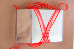 Silberne Geschenkbox silberne Geschenkbox mit Band Lizenzfreie Stockfotos