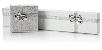 Silberne Geschenkboxen lokalisiert auf dem weißen Hintergrund Lizenzfreie Stockfotos