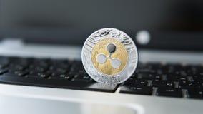 Silberne Goldkräuselungsmünze auf einer Laptoptastaturnahaufnahme Blockchain-Bergbau Digital-Geld und virtuelles cryptocurrency Lizenzfreies Stockfoto