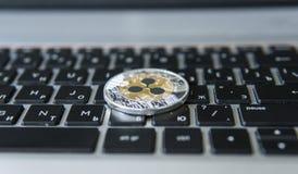 Silberne Goldkräuselungsmünze auf einer Laptoptastaturnahaufnahme Blockchain-Bergbau Digital-Geld und virtuelles cryptocurrency Stockbild